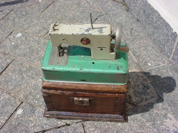 Antiga Máquina De Costura Pequena Da Marca Estrela Com Baú.
