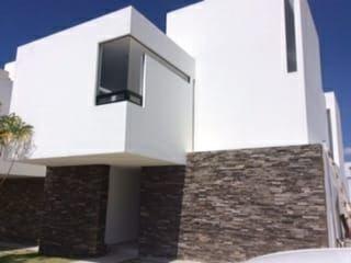 Hermosa Casa Con Roof Garden En Venta Ubicada En Cañadas Del Lago!!