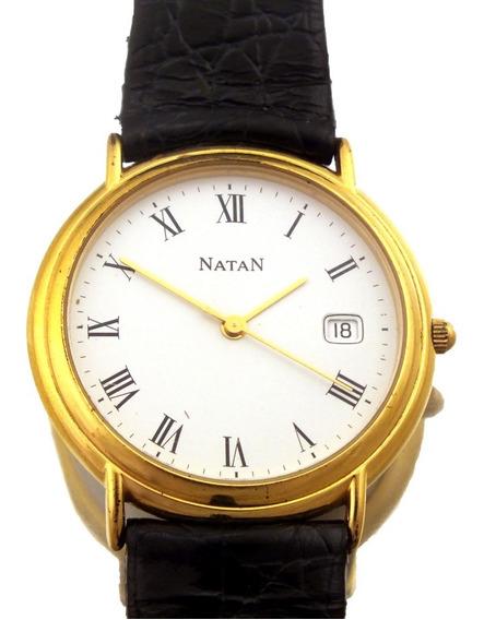 Relógio De Pulso Masculino Natan Em Aço Dourado E Calendário Mensal Fundo Branco J10818