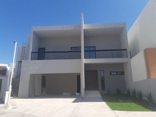 Casa En Fracc. Privado, Patio Super Amplio, Frente A Parque, Cerca De Hospitales, Escuelas Y Centros