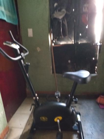 Es Una Bicicleta Para Ejercicios Y Unos Pedales Y Una Compu