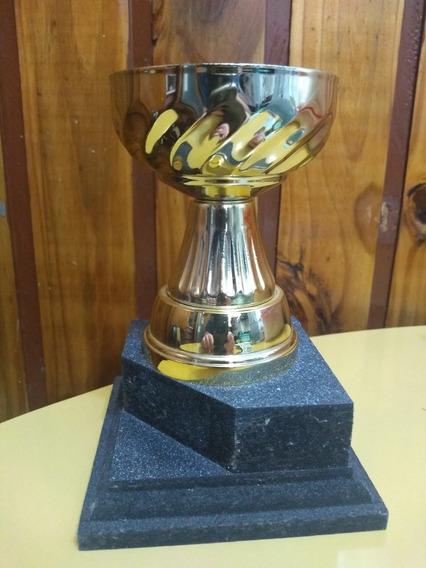 Copa Para Trofeos Dorada Con Base De Madera Alto: 15 Cm.