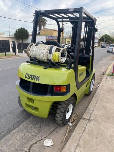 Imagen 1 de 11 de Autoelevador Clark 2,5 Tn Tt Con Desplazador