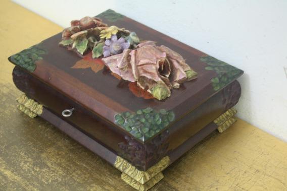 Porta-jóias Com Frontão De Rosas Em Madeira Cedro - Anos 60