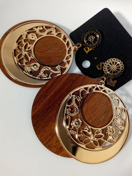 Brinco De Metal Dourado Com Madeira De Fundo Luxo