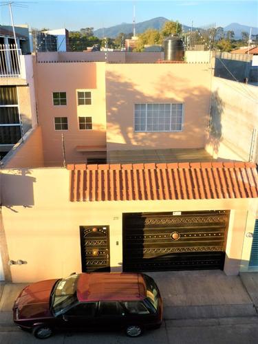 Imagen 1 de 14 de Una Casa Reforzada Con 4 Columnas.