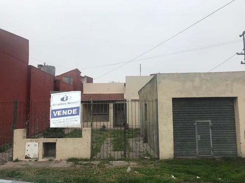 Chalet A Reciclar Sobre Amplio Lote En Barrio Villa Lourdes