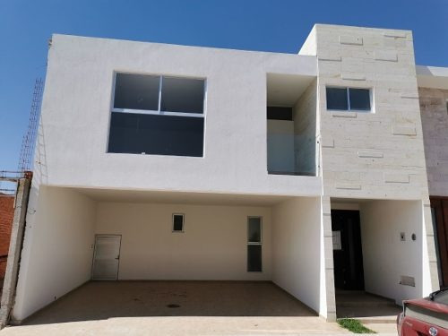 Casa En Venta En Loretta, 3 Recámaras Con Vestidor Y Baño.