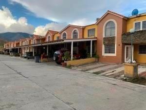 Townhouses En Venta Monteserino Carabobo 20-4854 Rahv