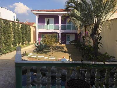 Casa Com 03 Dormitórios E Lindo Jardim