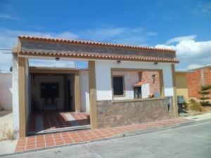 Casa En Venta Buenaventura Los Guayos Carabobo 19-8163 Yala
