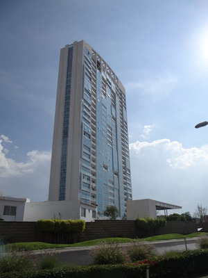 Departamento En Juriquilla Towers. De 3 Hab. Con Inquilino Y Amueblado