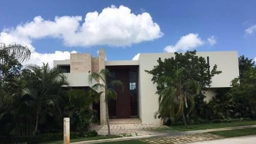 Residencia Con Vista Al Lago En Country Club Yucatan