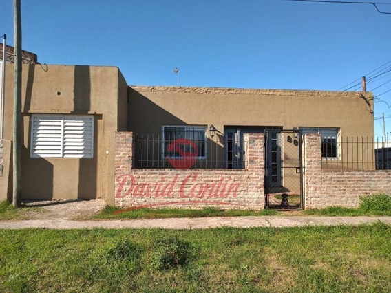 Casa De Tres Dormitorios, Quincho Cubierto Y Fondo Libre