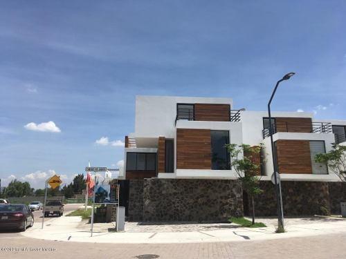 Casa En Venta En Canadas Del Arroyo, Corregidora, Rah-mx-19-1751