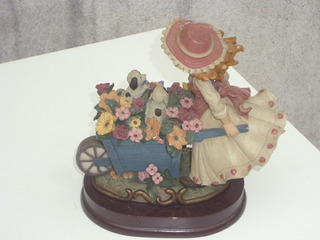 Antigua Figura De Niña Con Carretilla Y Flores