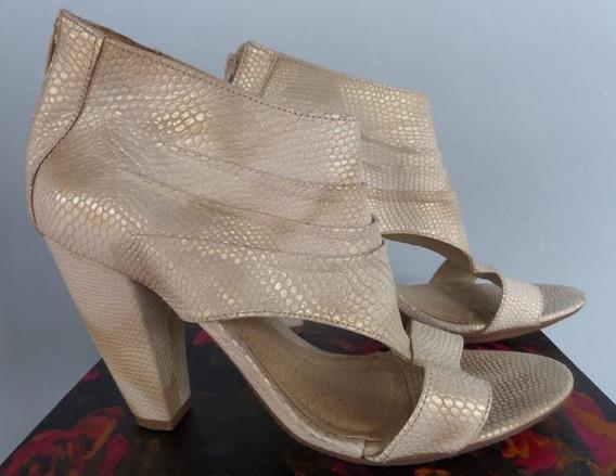 Sandália World Shoes De Couro Creme Com Reflexos Dourados!