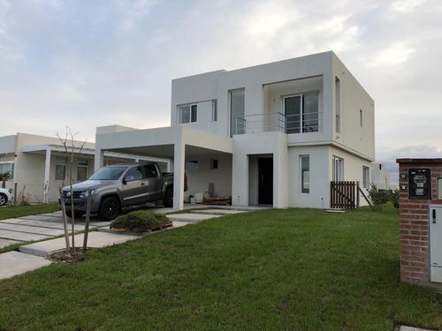 Impecable Casa En Barrio Los Castaños