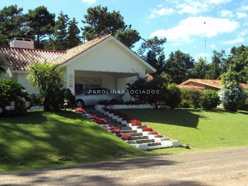 Hermosa Propiedad En Venta En Barrio Resindencial Cantegril Punta Del Este-ref:3909