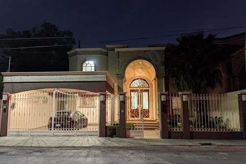 Venta Hermosa Casa Al Norte De La Ciudad De Saltillo En Residencial Los Pinos, A Una Cuadra De Área Verde