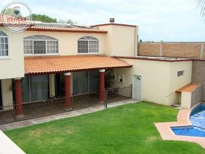 Amplia Casa En Venta Con Alberca Área De Juegos Y Hermosos Jardines.