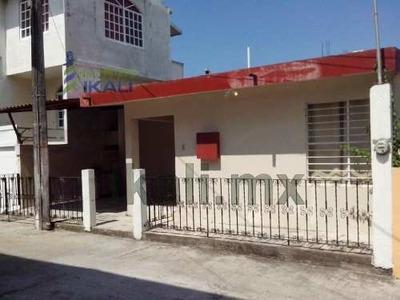 Renta Casa 3 Recamaras Zona Centro Tuxpan Veracruz, De 2 Pisos La Planta Alta Está A Nivel De La Calle Y Consta De: Estacionamiento Para Un Automóvil Techado, Tiene Una Recamara, Closet De Cedro Empo