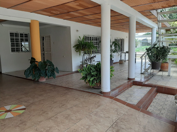Amplia Quinta De 02 Niveles. 4 Habitaciones, 02 Apartamentos