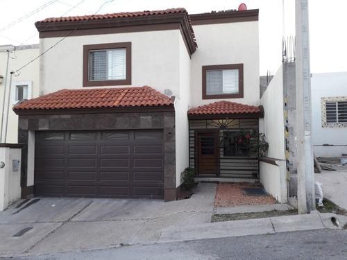 Bonita Casa Amplia En Fraccionamineto Privado Y Frente A Parque.