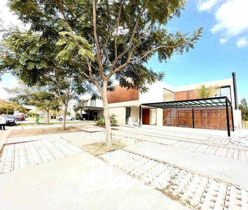Espectacular Casa Al Agua, A Estrenar De Dos Plantas, En El Exclusivo Barrio El Golf - Nordelta.