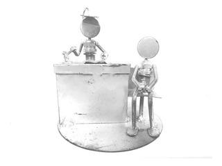 Mono Porta Pluma De Chatarra Clavos Metal Figuras Juez