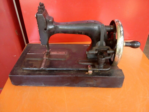 Máquina De Costura Antiga De Manivela
