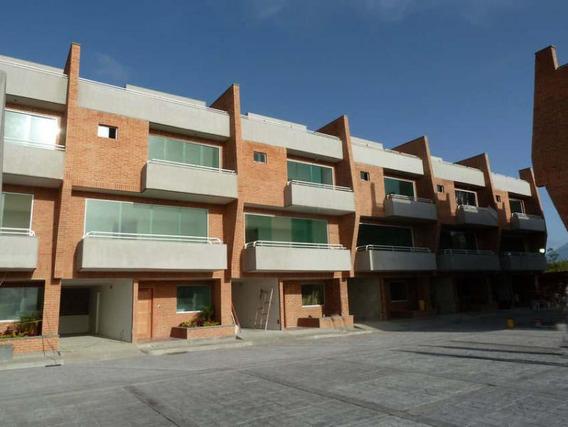 Townhouse En Venta 19-6715 Loma Linda