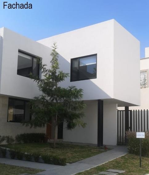Casa De 3 Recámaras Y Living. 3.5 Baños Y Cuarto Servicio