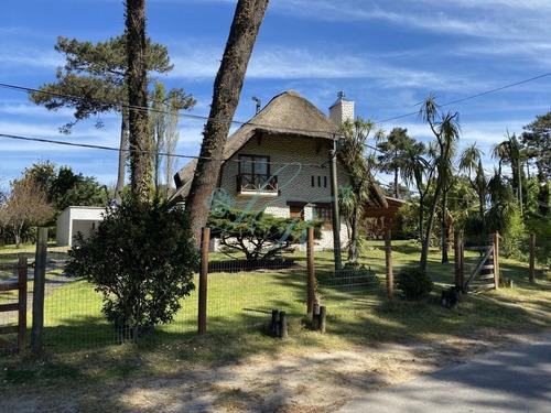 Casa En Pinares. Tres Dormitorios, Uno En Siute,toillete, Living Comedor, Dependencia De Servicio. Piscina.- Ref: 279