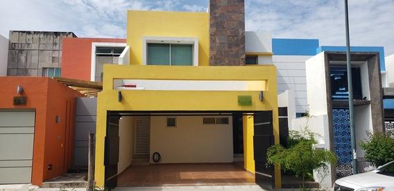 Casa De 3 Recámaras, 2.5 Baños, Cochera Techada 2 Autos
