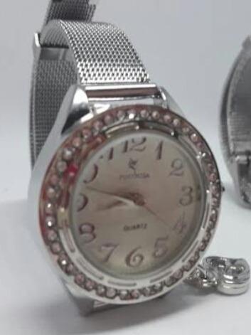 Relógio Prateado De Pulseira Fina Com Pingente Para Mulheres