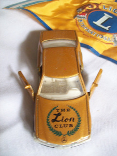 Auto Juguete Welly. Mercedez Benz . The Lion Club + Banderin