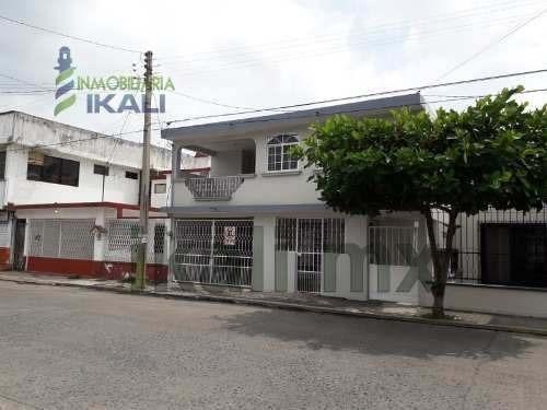 Venta Casa 3 Habitaciones Las Palmas Poza Rica Veracruz. Ubicada En La Calle 4 Norte, La Casa Cuenta Con 2 Plantas, En Planta Baja Cuenta Con Cochera Techada Para 1 Vehículo, Recibidor, Sala, Comedor