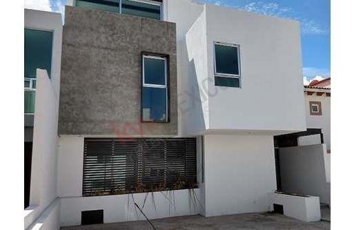Excelente Casa En Venta De Cuatro Niveles, Roof Garden Y Sótano, Juriquilla.