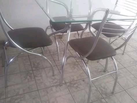 Mesa Cromada Com Tampo De Vidro. 4 Cadeiras