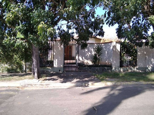 Se Vende Amplia Casa Esquina En Urb. Mendoza, 4 Hab, 3 Baños
