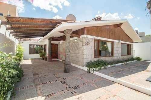 Venta Casa Con Amplias Recamaras Acabados De Madera Ubicada En Jurica Campestre