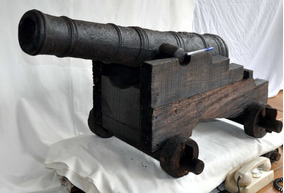 Canhão Antigo Decorativo De 1643 Ferro Fundido Berço Madeira