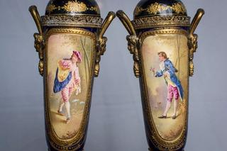 Antiguas Urnas Sevres Selladas En Tapa (el Par). Art. 70161