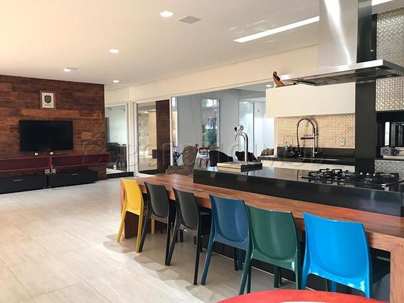 Casa Residencial Com 535m² De Área Construída Em Terreno De 703m². - Villa115196