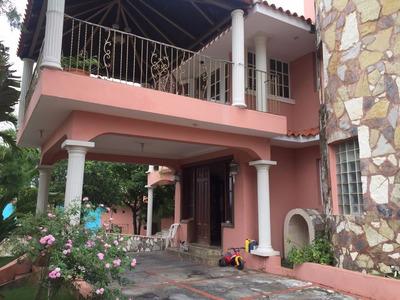 Amplia Casa De Dos Niveles En Arroyo Hondo Iii Con Piscina