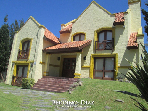 Casa - Beverly Hills Hermosa Casa En Dos Plantas De 4 Dormitorios.- Ref: 475