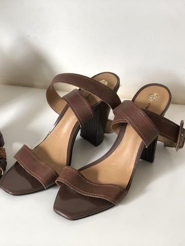 Sapato Capodarte. Sandália De Couro E Salto Antiderrapante.
