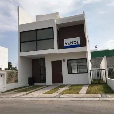 Venta De Casa En Villas El Roble, Corregidora De 2 Plantas 3 Recámaras Alberca