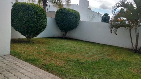En Renta Hermosa Residencia En Cumbres Del Lago, Jardín, Cto Serv, 3 Recámaras..